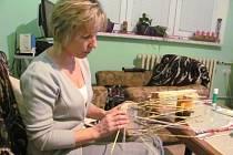 Simona Prášilová ze Zátora narazila na techniku pletení z papírových ruliček asi před třemi lety na internetu. Mezi prvními věcmi, které se jí podařilo z papírového proutí vytvořit, byl obal na květináč.