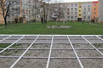 Branky a lavičky jsou jediným skromným vybavením dvora mezi paneláky na Jesenické ulici. Obě branky i obě lavičky některým občanům vadí, a proto vyzvali město, aby je nechalo odstranit.