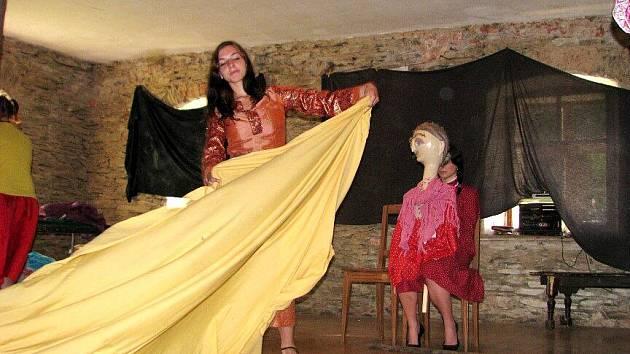 Studenti střední pedagogické školy v Krnově se zde věnovali nejen učení o historii divadla, ale také tvorbě vlastních her.