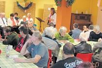 Členové sboru Armády spásy přišli potěšit Vánočním koncertem klienty Centra sociálních služeb v Krnově. Koncert se konal v zaplněné jídelně Armády spásy.