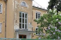 Budova zrušeného a do Lichnova přesunutého Dětského domova v Horním Benešově zeje prázdnotou. Zatím, město v ní chce vybudovat sociální byty.