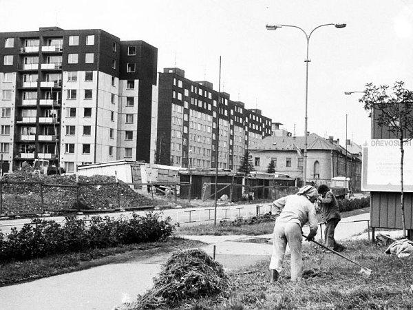 Devadesátá léta minulého století vJesenické ulici. Stavěly se první panelové domy a ještě nestála budova pojišťovny.