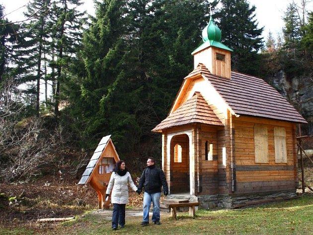 Kaplička, která je zmenšenou kopií té, která kdysi stávala na Vřesové studánce, připomíná oběti hor.