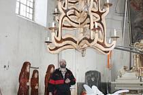Lustr v kostele v Jiříkově je dílem řezbáře Jiřího Halouzky, který také adventní koncert pořádá.