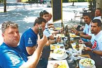 Nejen na závodění, ale také na pravý šťavnatý jihoamerický steak se těšil Martin Kolomý (vlevo) ještě před odjezdem k Rallye Dakar. A steaku se dočkal.