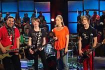 Bruntálská kapela On The Way natáčela 21. února v brněnském televizním studiu Typos pro rubriku Seznamte se vědomostního pořadu Věříš si? s moderátorkou Kamilou Zetelovou.