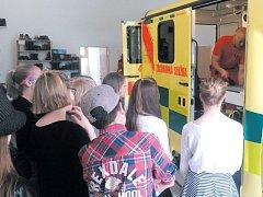 Studenti z rýmařovského gymnázia se přišli podívat na práci záchranářů na základnu Zdravotnické záchranné služby Moravskoslezského kraje v Rýmařově.
