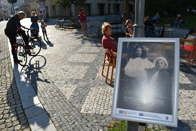 """Výstavu historických fotografií Krnova zahájil koncert Wiktorie Wójtowicz. Byl to jeden zprvních koncertů cyklu """"Náš pááááteček, aneb vlétě nikam nespěcháme""""."""