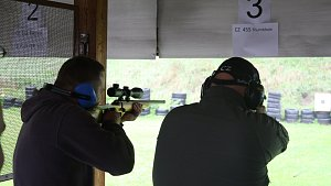 Krnovská střelnice o víkendu nabídla veřejnosti k vyzkoušení 21 českých zbraní.
