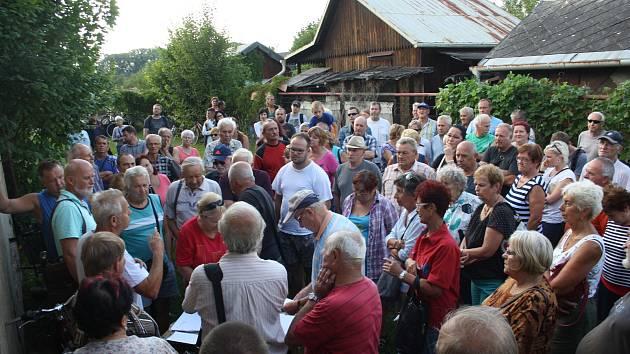 Schůze zahrádkářů z kolonie Zlatá Opavice kvůli připravované stavby obchvatu.