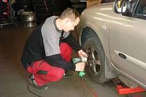 David Vilímek ve svém krnovském pneuservisu přezuje zhruba sedm aut denně. Pokud se však davové přezouvací šílenství zvýší, je schopný přezout sám až dvanáct aut za den.