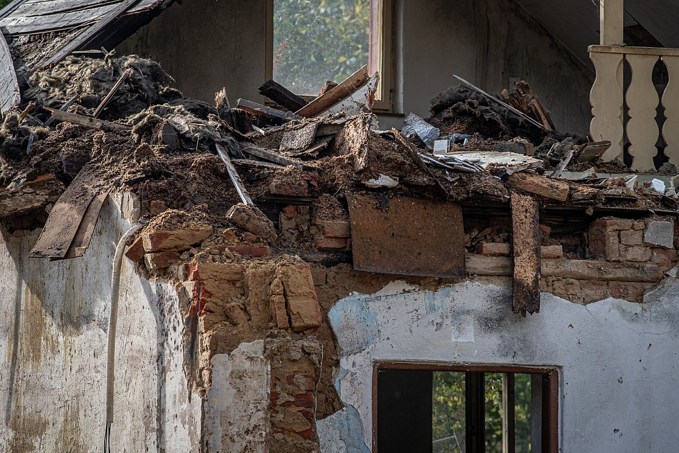V Nových Heřminovech pokračuje demolice vykoupených domů. Jedná se o další etapu příprav na stavbu přehrady.