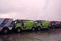 Spáčilova Tatra číslo 509 a Kolomého Tatra číslo 525 čekají na nalodění přes oceán k Rallye Dakar 2011. I letos jsou oba kamiony v zelené barvě.