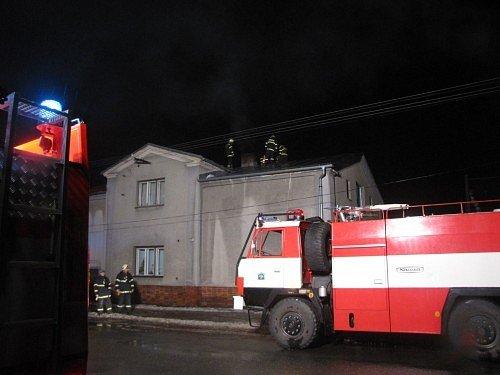 V Karlovicích se vznítily saze v komíně rodinného domku.