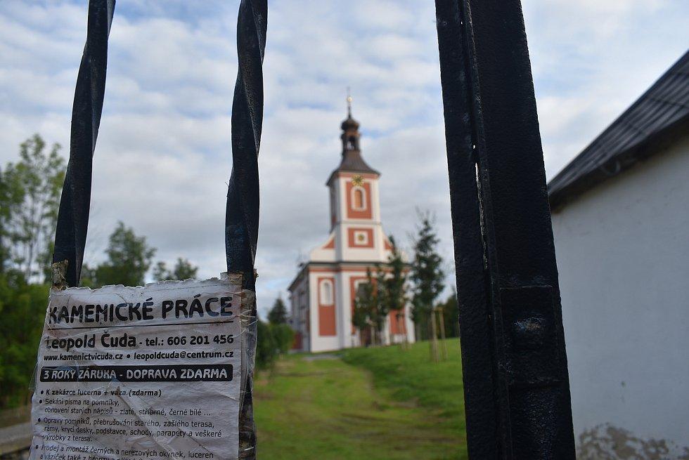 Kostel Kostel Neposkvrněného početí Panny Marie v Holčovicích má  krásnou novou fasádu.