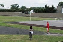Areál atletického stadionu v Krnově již nemá bránu borců ani betonové stupně.