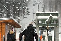 Areál Klobouk s černou a červenou sjezdovkou je v Karlově pod Pradědem stále otevřený. Zásluhu na tom mají nízké teploty a dubnové sněžení.