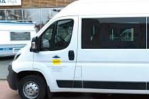 Minibus s dodatečnou úpravou pro převoz osob na invalidních vozících.