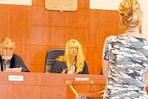 Matka čtyř dětí je obžalována z týrání. V čele senátu soudkyně bruntálského soudu Vladimíra Kikerlová.