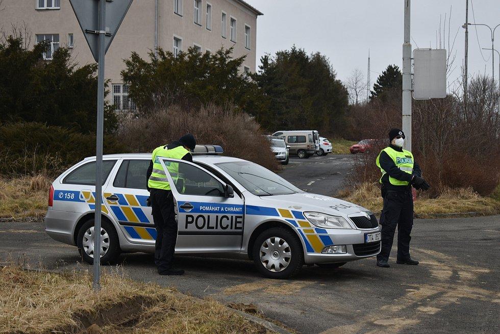 Před bývalou krnovskou celnicí má stanoviště policejní hlídka. Kontroluje auta, která překračují česko-polskou hranici.