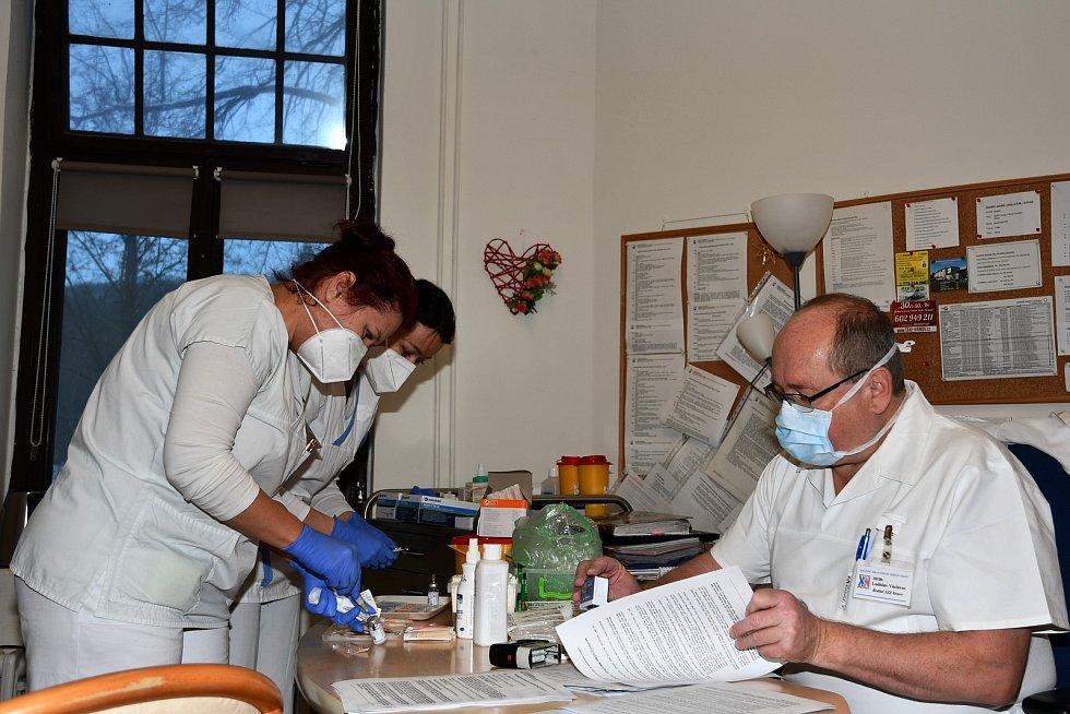 Očkovací centrum SZZ Krnov má také svůj výjezdní tým. Vsobotu naočkoval proti Covid-19 pracovníky a klienty krnovského charitního domu Salvátor.