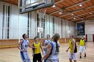 Basketbalisté Krnova pod košem. Ilustrační foto.