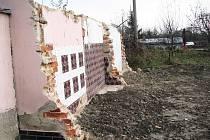 DOMY, které stály v trase obchvatu Krnova, byly vykoupeny a zbourány už loni. Kdy se ale začne obchvat stavět? To nikdo neví, protože částka 1,9 miliardy na obchvat Krnova z rozpočtu Státního fondu dopravní infrastruktury v rámci úsporných škrtů zmizela.