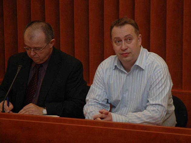 Odsouzený Zdeněk P. (vpravo) rázně odmítá, že by byl autorem pomlouvačného inzerátu.