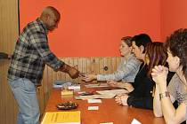 Jen čtvrtina voličů přišla o víkendu k volebním urnám v obci Václavov u Bruntálu. Komise sčítající hlasovací lístky měla dlouhou chvíli, a tak se povídalo.