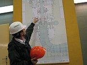 Přečerpávací vodní elektrárna Dlouhé Stráně v Jeseníkách. Velín, z něhož se monitoruje dění v elektrárně a kaverna, kde jsou umístěny turbíny. Monumentální prostor slouží třeba i hasičům při výcviku slaňování.