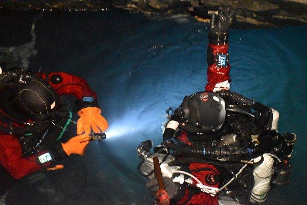 Potápěči mají vzaplaveném dole Hraničná kdispozici stometrovou hloubku a kilometry chodeb. Nic podobného široko daleko nenajdete.