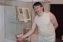 Historik Tomáš Niesner představuje expozici.