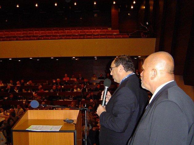V Uherském Brodě na konferenci o spolupráci škol a firem představili své partnerství ředitel krnovské firmy Elfe Karel Majzlík (vpravo) a ředitel krnovské Střední školou automobilní, mechanizace a podnikání Zdeněk Welna (vlevo).