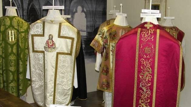 Kněžská roucha neboli ornáty.