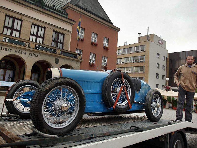 Formule Bugatti, jakými se kolem roku 1930 proháněli Florian Schmidt, Bruno Sojka, Eliška Junková i Pierre Veyron.