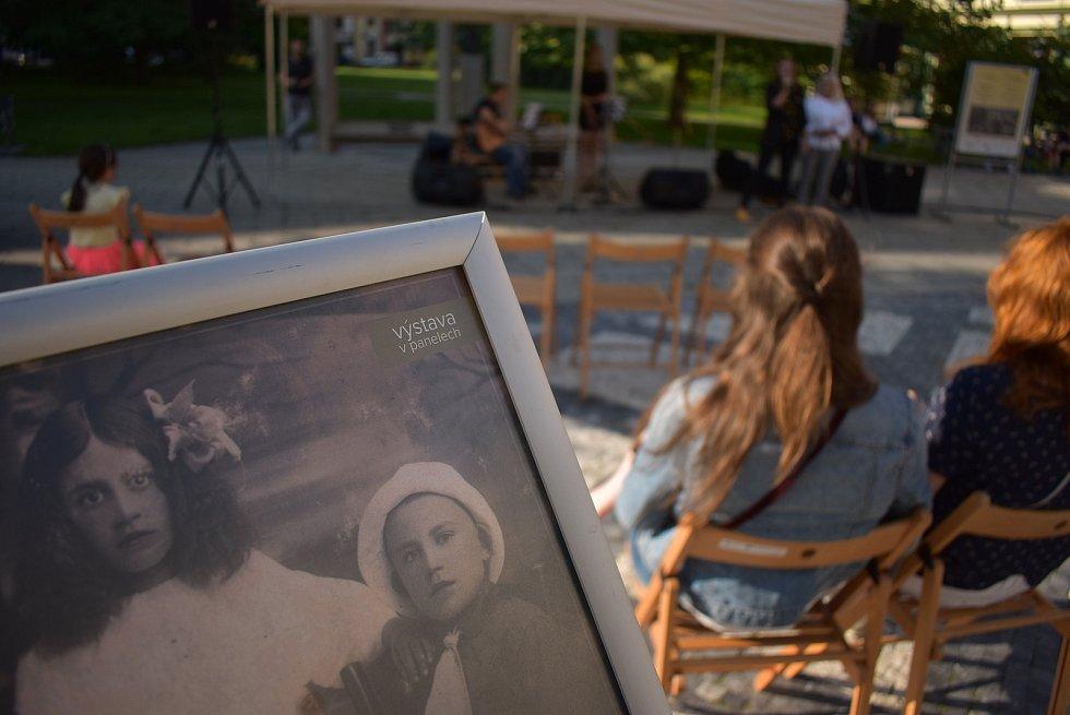 """Výstavu historických fotografií Krnova zahájil koncert Wiktorie Wójtowicz. Byl to jeden z prvních koncertů cyklu """"Náš pááááteček, aneb vlétě nikam nespěcháme""""."""