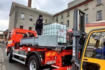 O přepravu lihu z krnovského lihovaru do areálu KVaK se postarali hasiči. Denaturovaný líh poslouží k výrobě dezinfekce.