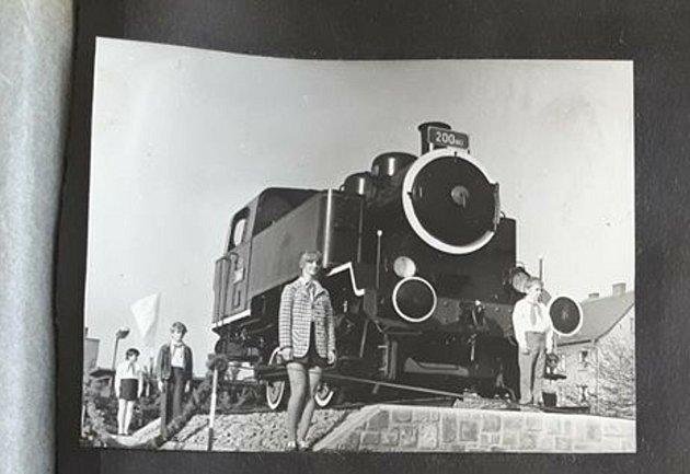 Igor Kozelek zkrnovské radnice vroce 1972jako jedenáctiletý pionýr stál čestnou stráž unárazníku darované lokomotivy.