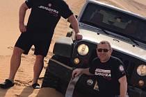 MARTIN KOLOMÝ (vlevo) v Dubaji s kolegy z týmu nacvičoval jízdu v písečných dunách.