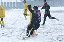 Hráči se v sobotu spíše trápili, než by si úživali fotbal. Na umělém trávníku totiž ležela sněhová pokrývka.