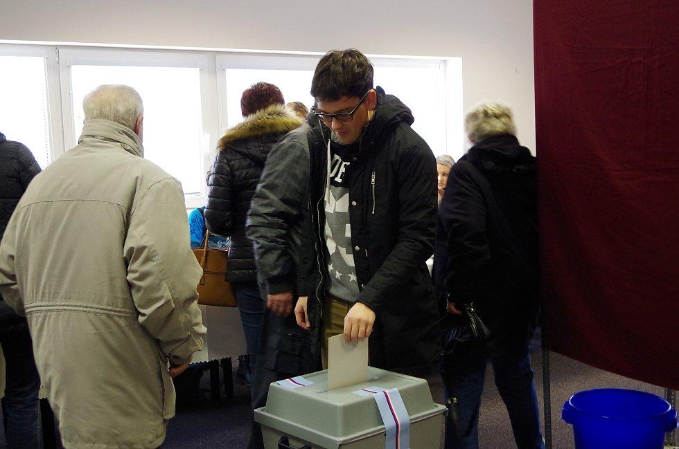 Ve volební místnosti v klubovně školní tělocvičny ve Městě Albrechticích to zatím vypadá, že přijde více voličů než v prvním kole.