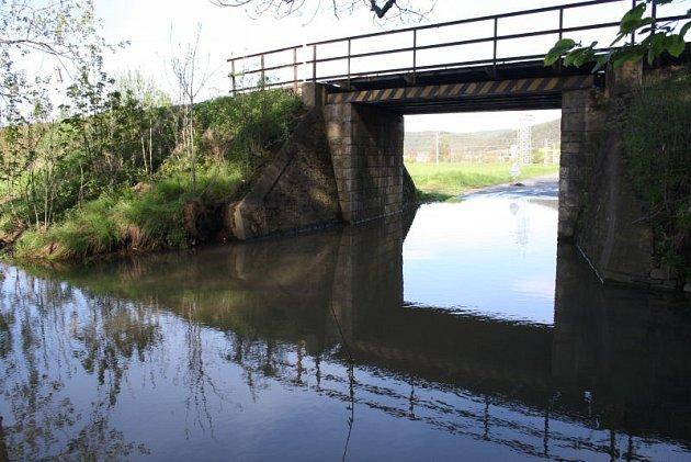 Chářovská ulice vKrnově se pod železničním mostem už zase změnila vjezírko. Při každém silnějším dešti zde řeší záplavu dopravní značka se zákazem vjezdu.