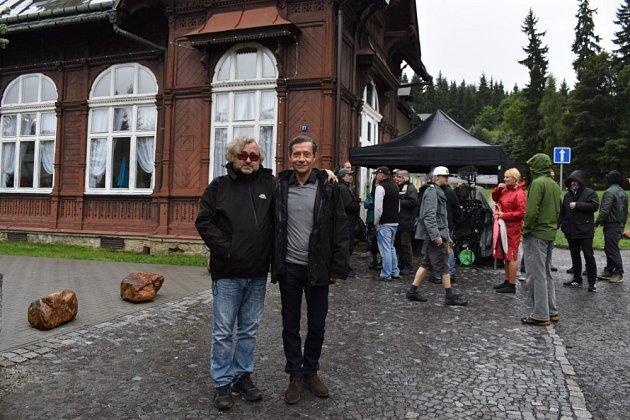 Karlova Studánka se zaplnila autoveterány a filmaři, kteří zde natáčejí jednu zepizod seriálu Místo zločinu Ostrava. Režisér Jan Hřebejk do hlavní role šéfa kriminalistů obsadil herce Pavla Kříže.