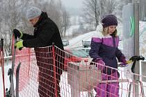 Vzhůru na svah! Stačí koupit permanentku, projít turniketem, nechat se vyvézt nahoru a už jen lyžovat, říká správce vrbenské Skiarény Ladislav Novák (vlevo).