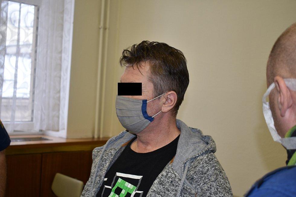 Muž tvrdí, že jeho přítelkyně musela spáchat sebevraždu.