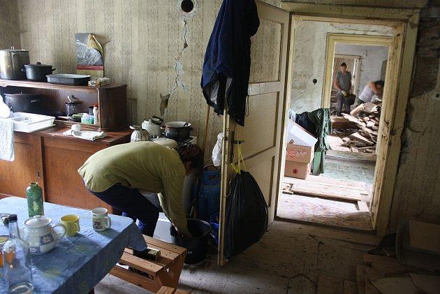 Rychta vKarlovicích už byla ruina na spadnutí, když ji koupilo Hnutí Duha Jeseníky. Se záchranou kulturní památky ovíkendech pomáhají  dobrovolníci.