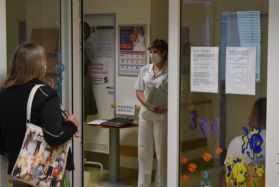 Zpočátku se zdálo, že zdravotníky v očkovacím centru krnovské nemocnice v pátek 28. 5. čeká běžný pracovní den.