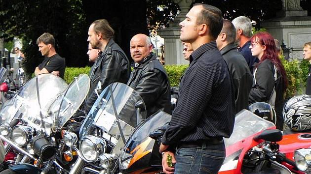 Tragická dopravní nehoda, ke které došlo v neděli 21. srpna 2011, se stala osudnou pro motorkáře Vladimíra Víchu. Kromě rodinných příslušníků a kamarádů se s ním přijelo rozloučit okolo stovky motorkářů.