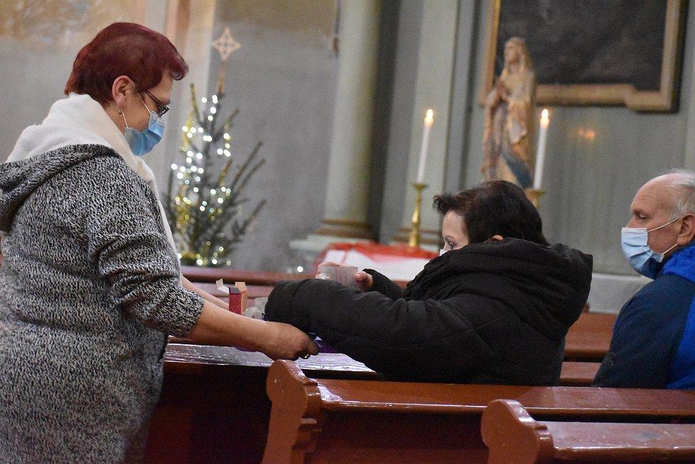 Vánoční mše v Holčovících měla zvláštní atmosféru. Patří k ní svařák a betlémské světlo pro zahřátí, stejně jako roušky proti kovidu.