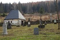 Hřbitov ve Skrbovicích se po létech chátrání stává důstojným pietním místem.